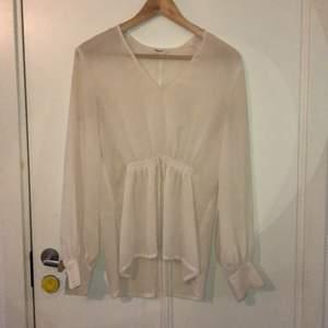 Jättefin blus från Filippa K, säljs pga att den aldrig kommer till användning och inte riktigt är min stil✨ 🚚
