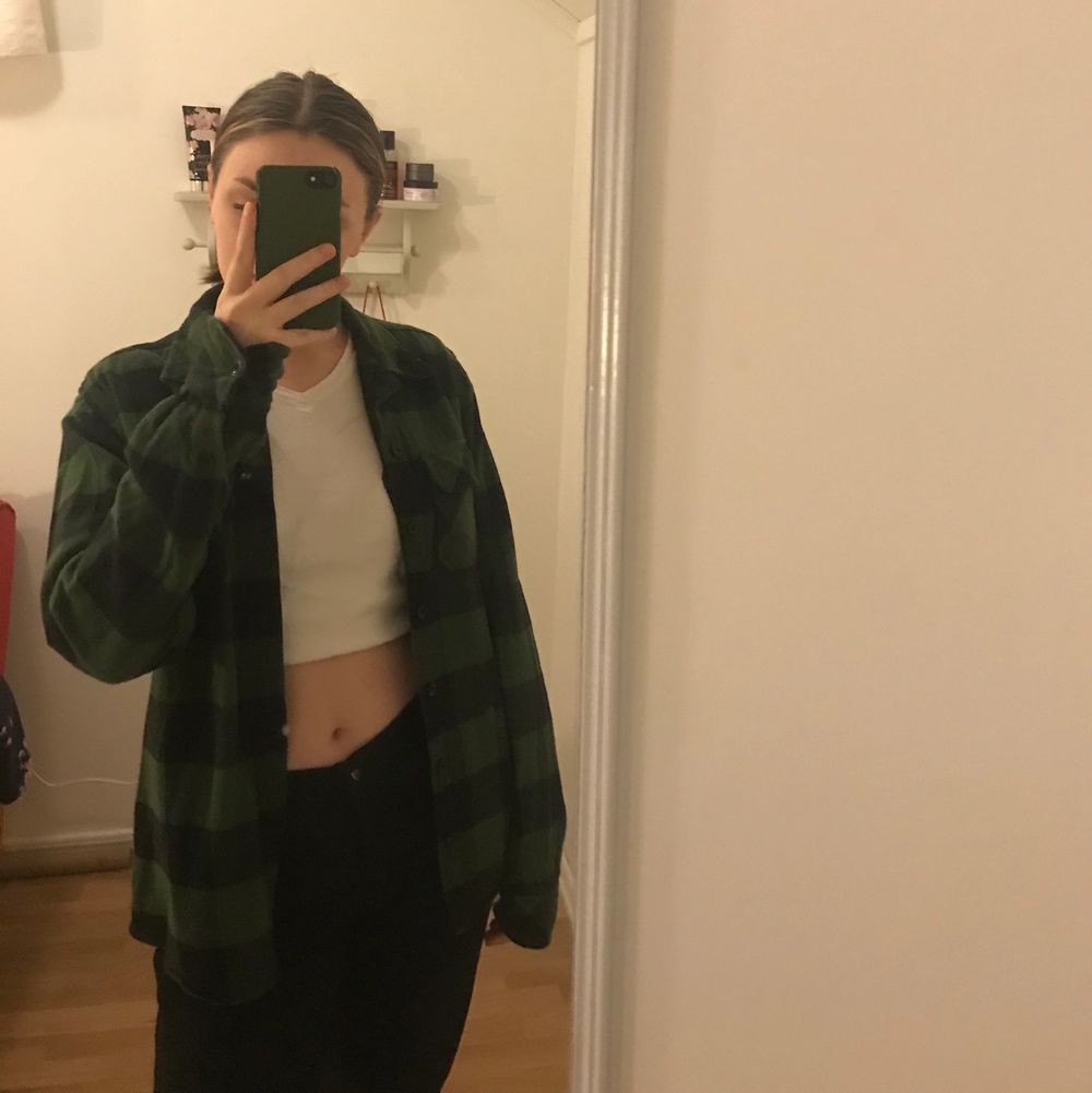 Intressekoll på min gröna dickies flanellskjorta! Den är ganska tunn sp man kan använda den som en tröja eller jacka. Köpt på herravdelningen i xs så den är over-sized på mig som i vanliga fall har xs/s. Nypris 650 på Hollywood men säljer här för 250. Använd men i nyskick.. Skjortor.