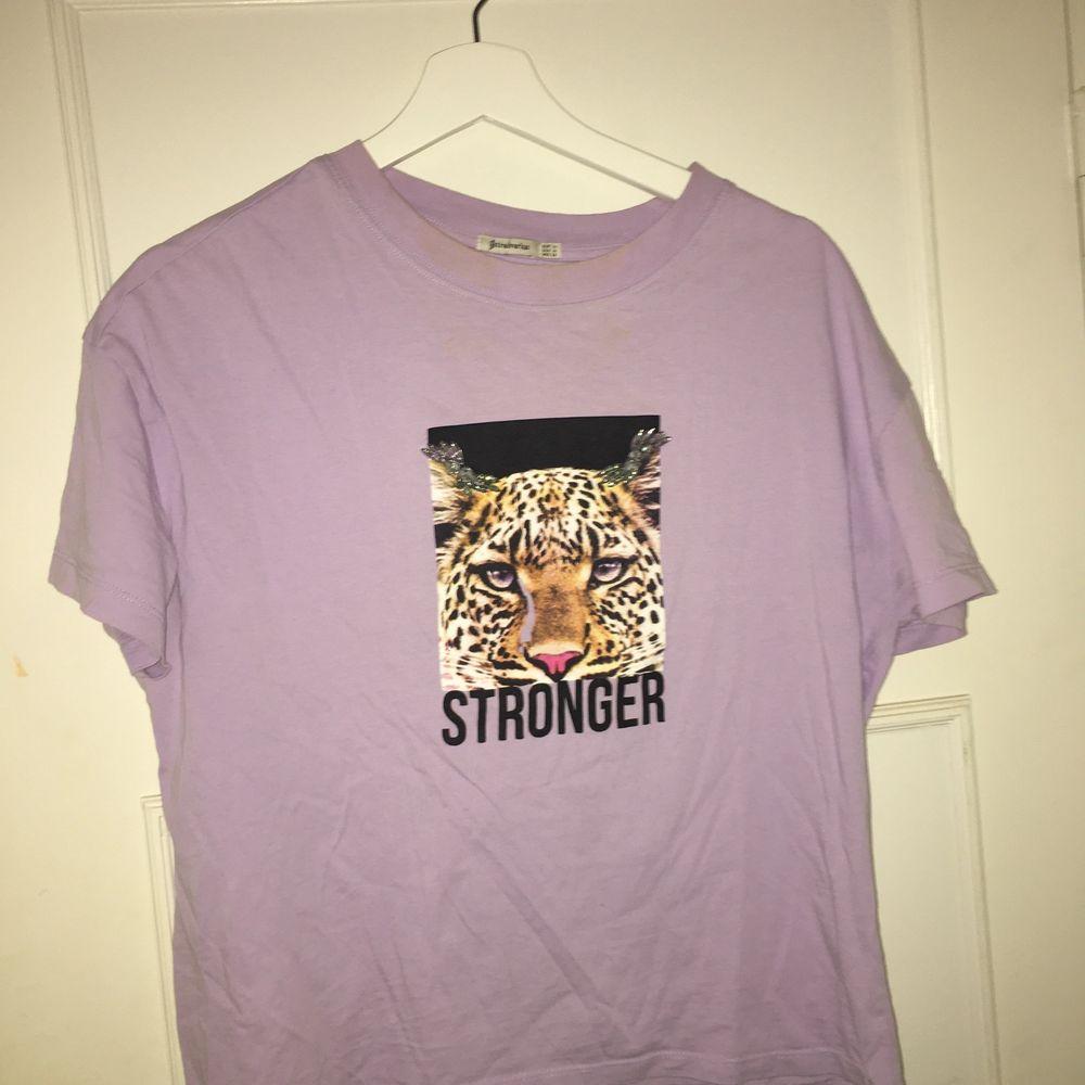 T-shirt lila med tryck.. T-shirts.