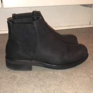 Jag säljer ett par boots eftersom de har blivit lite små för mig själv tycker jag att de är as snygga. Men kan möta upp mig i Göteborg eller så kan jag frakta den men man står för frakten