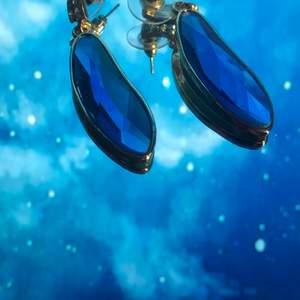 Säljer dessa örhängen som är blå och lila. 15/st båda 30 +frakt. Kan bara skickas.💖🤩