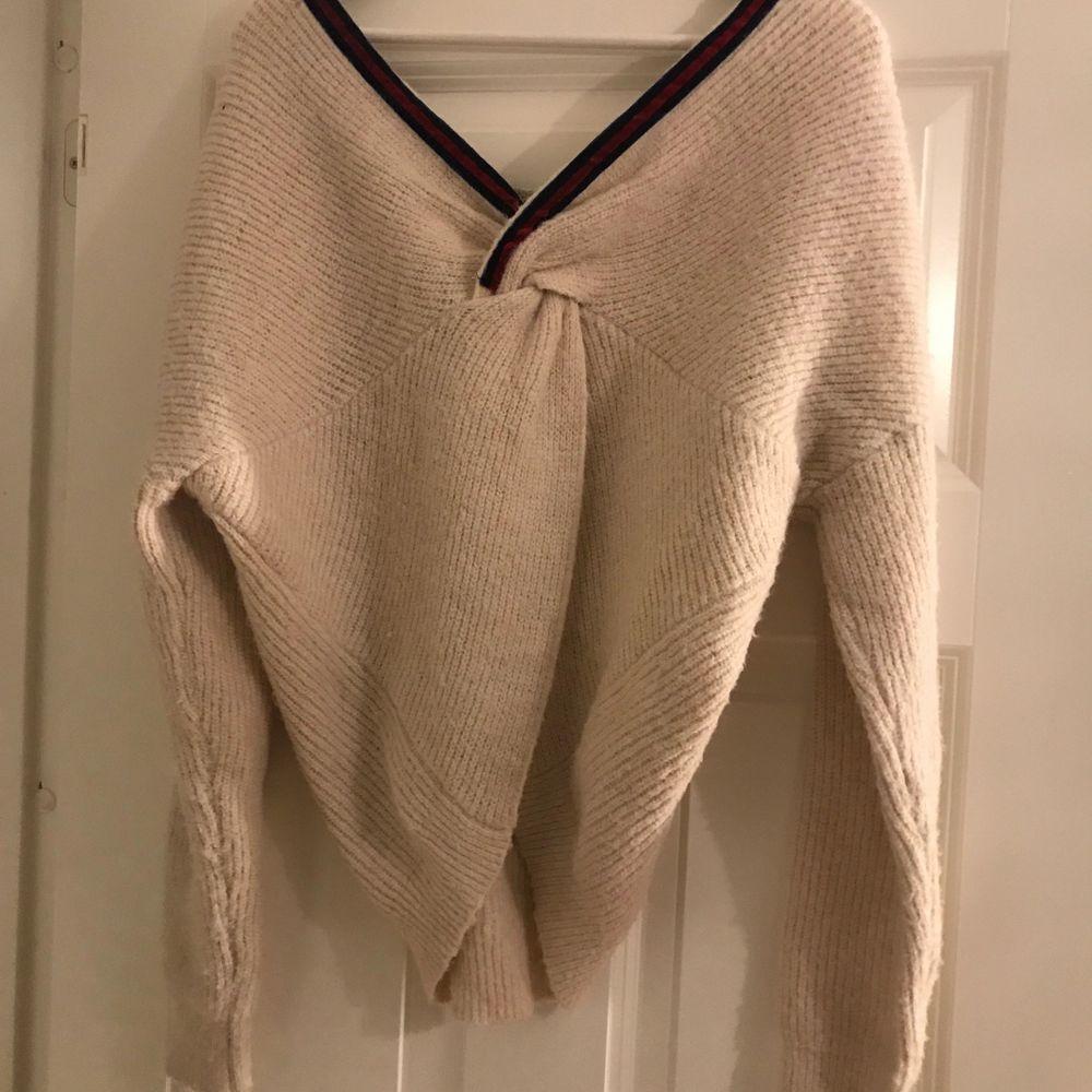 Skit snygg stickad tröja som ej kommer till användning💖 helt fläckfri och inte använd många gånger alls. 85 kr + frakt. Stickat.
