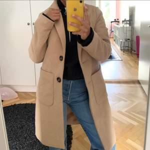 Helt ny kappa från asos 🌹 Storlek 34 men passar XS-mindre M 🌹 köptes för 500kr 🌹 kappan slutar vid knäna på mig som är 160cm 🌹