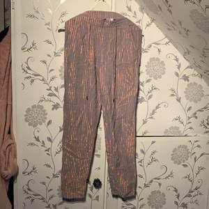 Typ kostymbyxor i ett annorlunda tyg med roseguld. Vet inte hur man ska förklara dessa byxorna bättre än att dom skimmrar och är ganska unika. Dom passar inte längre så kan inte visa hur dom sitter;( kostade 500 och använda 1 gång