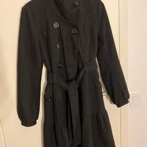 Säljer en svart lång kappa med ballongärm. Passar till storlek S.🖤