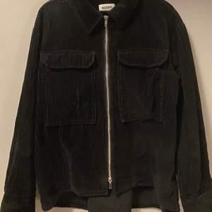 """Säljer denna svarta oversize jacka/overshirten, funkar bra som vår jacka men även """"underjacka""""."""