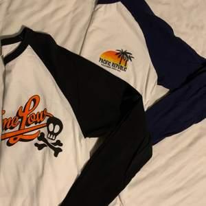 Två stycken långärmade tröjor! En med blåa ärmar och en med svarta. Svarta har både tryck fram och bak. Betalning sker via swish och köparen står för ev frakt 📦 Dom säljs tillsammans!