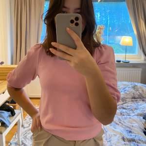 Gullig trekvartsärmad tröja i storlek XS. Andvänd men i mycket gott skick!