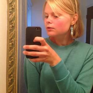 Skön tröja i snygg turkos färg. Från American Eagle Outfitters, inköpt i USA.