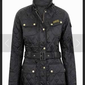 Helt ny Burberry jacka, svart, går att justera och kan därför både passa M och L, aldrig använt, säljes pga fel storlek. Pris går att diskutera vid snabb affär