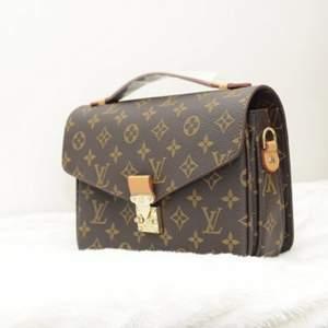 En snygg AA-kopia av en Louis Vuitton Metis - väska, helt oanvänd. Inklusive axelband. Har aldrig används och därför finns det inga tecken på repor eller skador. Bra kvalité.