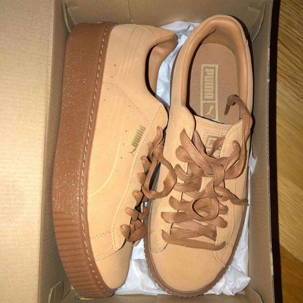 Säljer ett par helt oanvända puma sneakers,  originalpris: 1000kr. Skor.