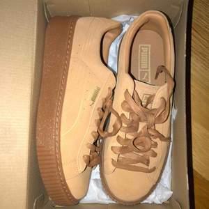 Säljer ett par helt oanvända puma sneakers,  originalpris: 1000kr