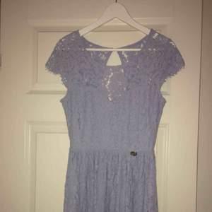 En blå kortklänning från märket Chiara Forthi, sparsamt använd, alltså i nyskick. Fraktas helst