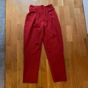 Helt nya och oanvända byxor från newlook, storlek 34 i färgen röd. Hög midja med knytband och raka i benen