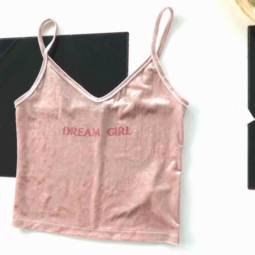 Super fin oanvänd sammets linne super babygirl Y2k vibes Denna toppen är oanvänd  Super söta rosa diamantsrenar som stavar dream girl !  30kr frakt!. Toppar.