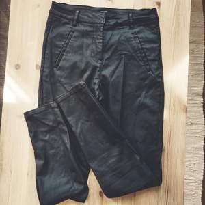 Superfina byxor i ett material som liknar fejkskinn. Fina till en stickad tröja eller en söt topp för lite mer edgy look. Storlek S/36. Frakt tillkommer (42 kr) 🐅