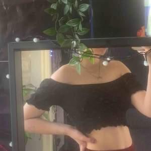 Cropped svart off shoulder tröja från monki. Knappt använd, köpt sommarn 2019