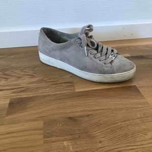 Ett par Michael Kors skor. Skorna är i mocka och det går att välja om man vill ha fransarna på eller ta bort dem, det finns såklart 2st såna. Jag har valt att inte ha dem för då blir dem som vanliga sneakers.