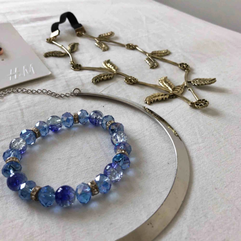 Lite blandat med accessoarer! Örhängen från H&M, en hår accessoar, två halsband och två armband. Allt eller inget! (Frakt tillkommer om det ska skickas). Accessoarer.