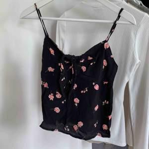 Gulligt linne från Brandy Melville. Aldrig använt på grund av att den tyvärr är för liten. Storlek one size men passar XS❣️Kan mötas upp i GBG, köparen står för frakt.