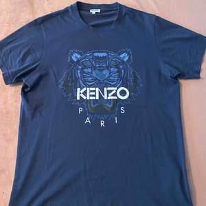 Blå tshirt med blå tiger från Kenzo. Plagget är i nyskick då den endast är använd ett fåtal gånger.