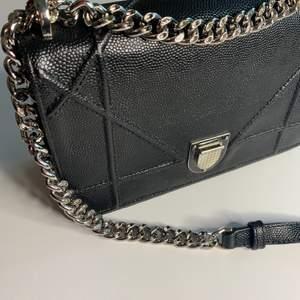 En oäkta Christian Dior väska i väldigt bra kvalite. Pris 1300 kr.