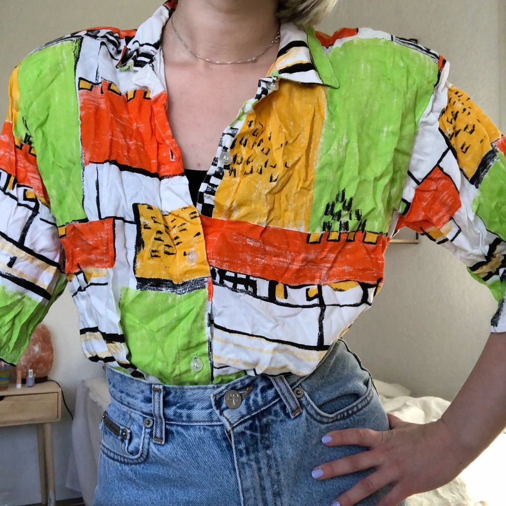 80-tals skjorta med axelvaddar, storlek står ej men hade uppskattat till strl S. Fint skick, Behöver bara strykas 🌼 Kan skickas, köpare står då för frakt 🌼 . Skjortor.
