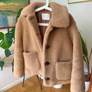 Fin Teddy jacka ifrån Zara i storlek S. Perfekt på hösten och lite varmare vinter🌷   Möts upp i Stockholmsområdet eller fraktar 🥰
