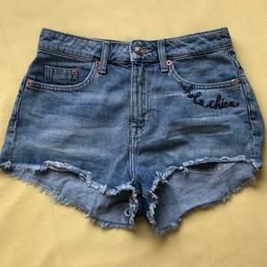 Säljer mina häftiga jeans short från H&M som jag har köpt men var för stora :( Storleken är 36 och den har en väldigt cool brodering av en tiger på bakfickan! I perfekt skick då den bara har blivit provad!