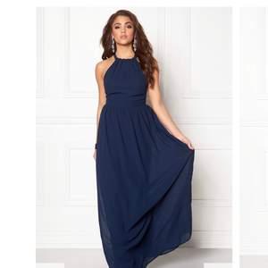 En jätte fin marinblå balklänning från bubbelroom i storlek 36. Korsad i ryggen. Använt den en gång och den kommer inte ha någon användning fram över. Ordpris : 599