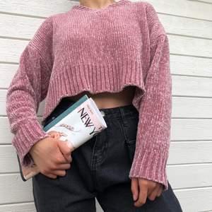 croppad, v-ringad rosa jumper i superskönt & lent material! onesize men rekommenderas för xs/s/m. endast använd fåtal gånger. modellen är 163 cm lång.