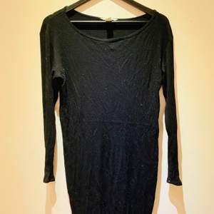 Svart ribbad klänning från H&M. Storlek L och slutar ovanför knäna på person 160 cm. Använd ett antal gånger, 5-6 tillfällen men är absolut i bra skick. Klänningen är lite nopprig på vissa ställen pågrund av användning.