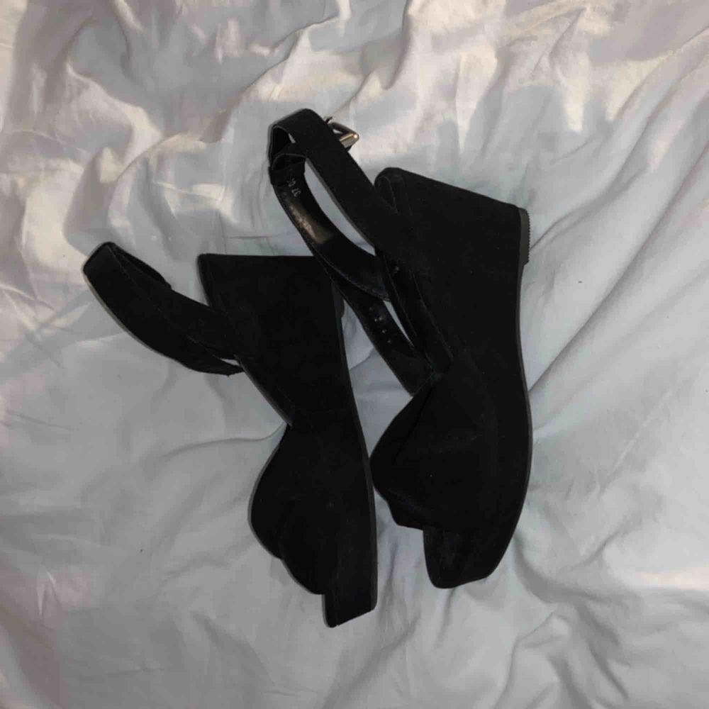Superfina svarta kilklackar i sammet, endast använda en gång. Köparen står för frakt❤️. Skor.