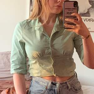 grön blus/skjorta från 90/00-talet. Som ny. Passar XS/S