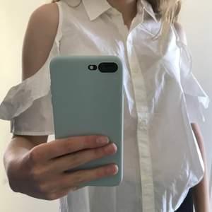 Vit skjorta/blus med cutouts och volanger på ärmen. Använd ett fåtal gånger så i bra skick! Märket är Abercrombie&Fitch.