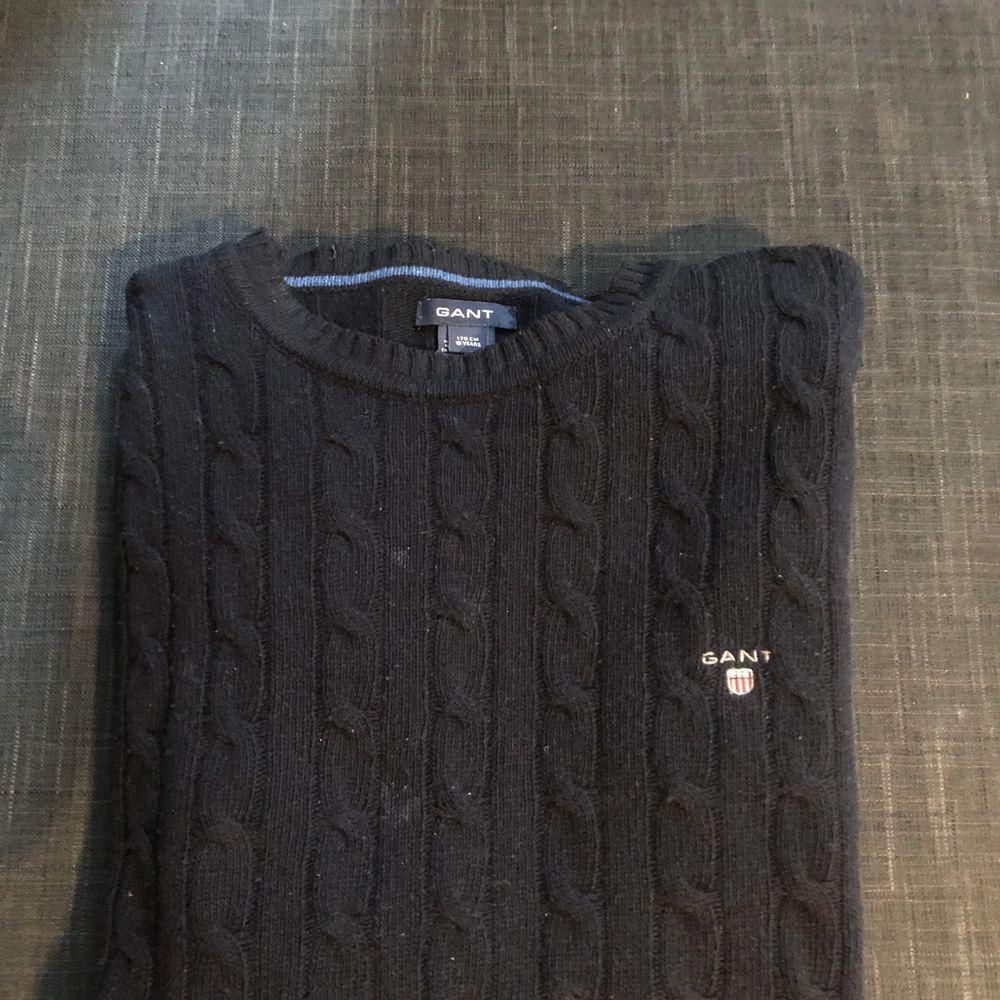 Stickad tröja från gant i bra skick. Storlek 170, sitter som xs.. Huvtröjor & Träningströjor.