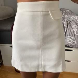 Oanvänd vit kjol från ASOS i strl 32. Ganska liten i midjan men ja det är ju strl 32.. Jättefin nu till sommaren!! Nypris Kan mötas upp i Malmö annars kostar frakten 44kr🥰🥰