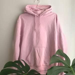 Fin ljusrosa hoodie, lite nopprig men annars bra skick. Frakt tillkommer hör av dig om du är intresserad💘