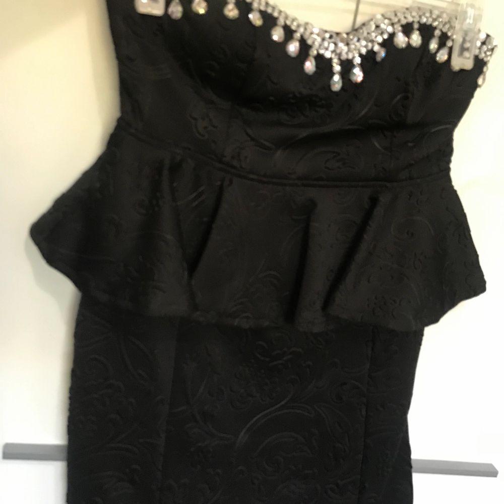 Jätte fin klänning med strass storlek M . Använd 1 gång . Köpt från Bubbleroom.  95% polyester och 5% elastane . Klänningar.