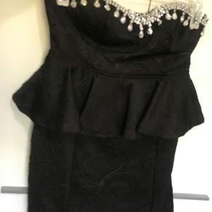 Jätte fin klänning med strass storlek M . Använd 1 gång . Köpt från Bubbleroom.  95% polyester och 5% elastane