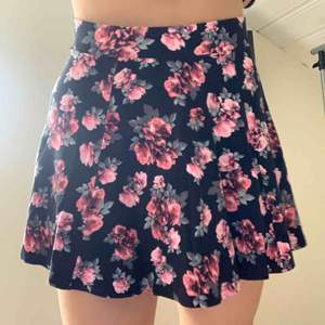 Söt kjol med floral pattern från H&M med kedja för att stänga där bak. Säljer för 50kr (+ frakt).