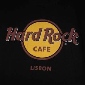 T-shirt i nyskick från Hard rock Cafe i Lissabon! 🇵🇹 Frakten ingår i priset! Tröjan är ganska liten i storleken så skulle säga att den motsvarar storlek 32.