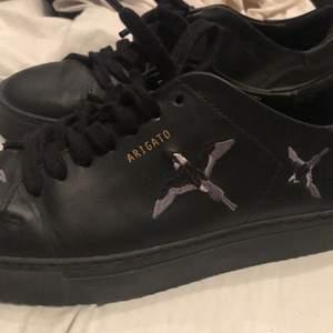 Sjukt snygga Arigato skor i storlek 38. Säljer pga att dem inte kommer till användning!