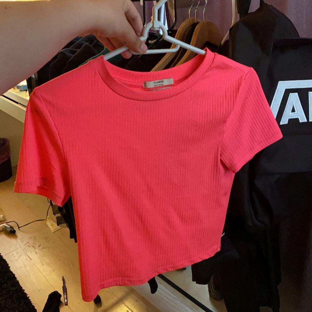 använd max 6gånger, jag har vanligtvis M på tröjor och denna sitter perfekt! den är stretchiga så folk som har Xs-M skulle kunna ha den!. Toppar.