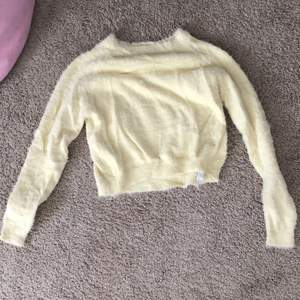 En fluffy jättemjuk pastel tröja  den har inga defekter som jag ser. Har satt ett pris men det kan diskuteras💞✨
