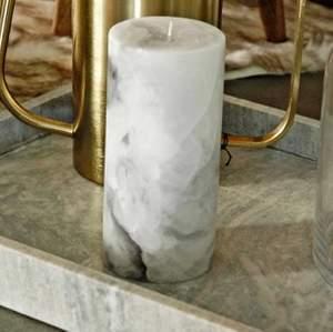Har 3 st marmor ljus som bara har står till prydnad i rummet. Är mer vit grå i verkligheten än på bilden. Alla för 100kr en för 50kr.