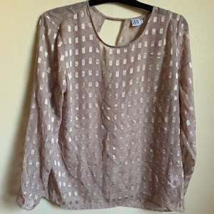 Snygg genomskinlig tröja för vardags eller fest. Är i storlek XL men mer som en L