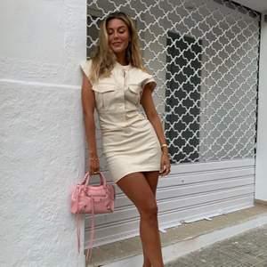 Säljer denna klänning som Bianca har, sååå fin! Men lite stor för mig. Använd endast 2 ggr