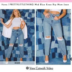 """Blå slitna mom jeans med hål från Prettylittlething. Sitter super snyggt. Tyvärr har dragkedjan gått sönder efter ca tre användningar. Går att fixa om man sätter på en ny av den man """"drar"""" i då den ramlat av. Storlek 8, som motsvarar 36, S går annars bra att använda med en längre tröja om man inte lagar dragkedjan. Fraktar eller möts i Solna,Stockholm"""